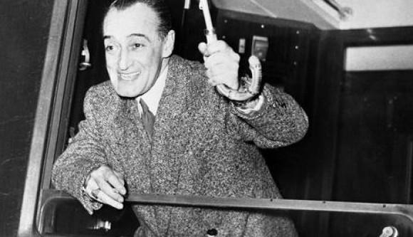 Antonio De Curtis in arte Totò, uno dei comici più amati di tutti i tempi, saluta i fans dal finestrino del vagone di un treno appena giunto alla stazione di Parigi in una immagine del 1951.  Figlio illegittimo del principe Giuseppe De Curtis e della giovane Anna Clemente, che solo nel 1921 riusciranno a sposarsi, Toto' nasce a Napoli nel 1898. Registrato con  il cognome materno, verra' riconosciuto come figlio dal principe soltanto nel 1941 e solo nel 1946, morto il Principe De Curtis, il Tribunale lo autorizza a fregiarsi del titolo di Antonio Griffo Focas Flavio Angelo Ducas Commeno Porfirogenito Gagliardi De Curtis di Bisanzio, Altezza Imperiale, Conte Palatino, Cavaliere del Sacro Romano Impero,...   E' la madre a dargli il nomignolo di Toto'.   ANSA